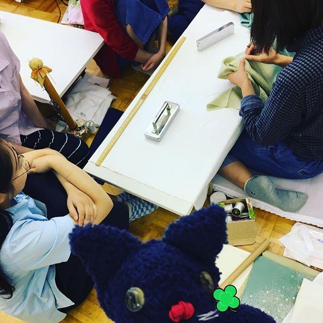 昨日の勉強会。 お袖・衿・裾を中心に教えて頂きました♪ 仙吉の一言『細かなところまで考えて工夫して縫っているのか!?凄いにゃ~』 #東亜和裁#交流会#和裁#着物#運針#勉強会#仙台