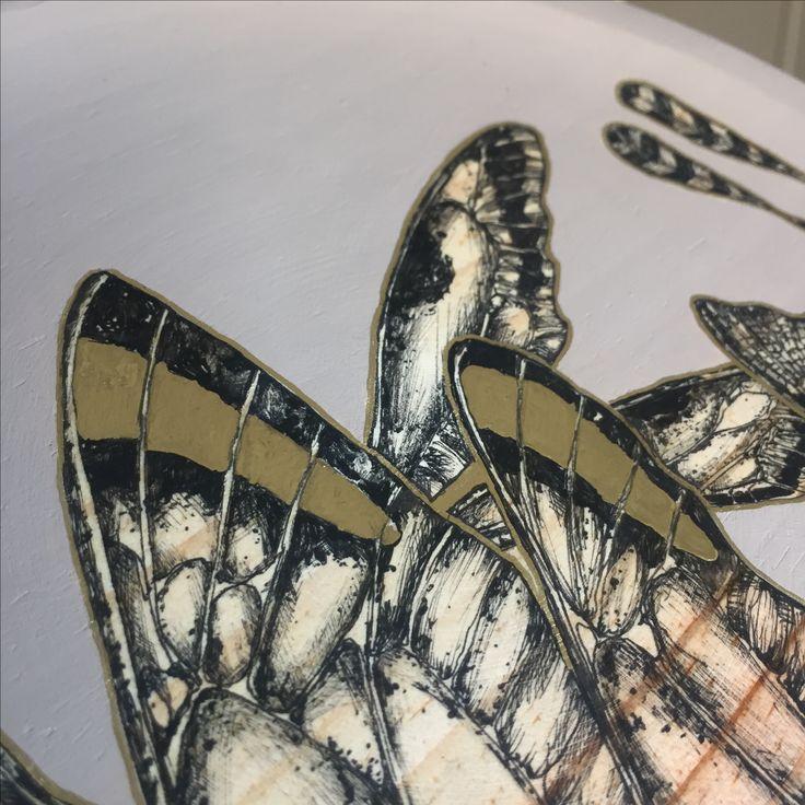 Detalle ilustración dragonfly en plato de madera 24 cm