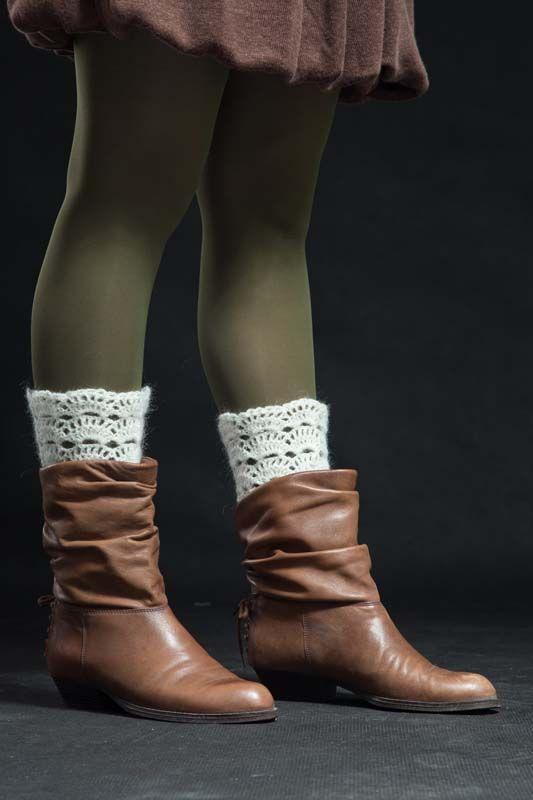 Návleky na nohy bílé 140307 Návleky na nohy jsou uháčkovány krásným krajkovým vzorem ze směsové příze. Dají se nosit do kozaček - přeložené nebo povytáhlé, a to ksukni i džínám nebo ke kotníčkovým botům, ale i kletním otevřeným - to ty extravagantní zvás... Délka - 25 cm  Originální býrobek foto : Martin Čoček