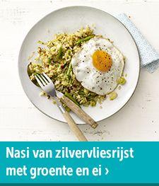 Nasi van zilvervliesrijst met groente en gebakken ei