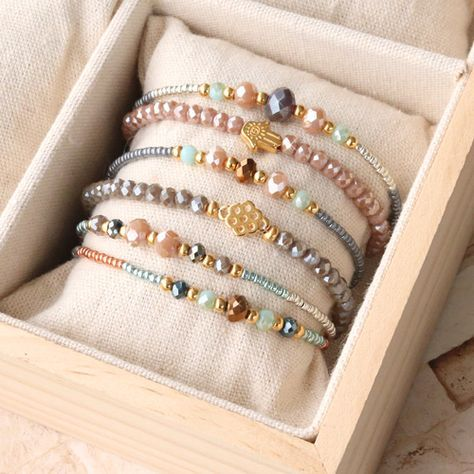 Colorful bracelets with facetted pearls and golden details