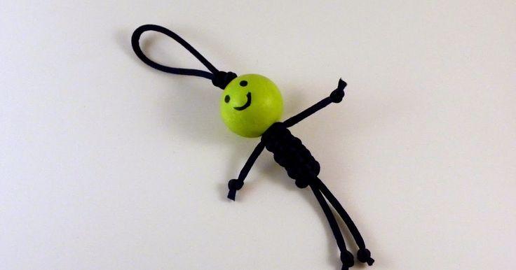 No es tarde para el regalo de papá!  Este llavero o colgado de retrovisor es genial para hacer con niños de 5 o más años. El cordón es col...