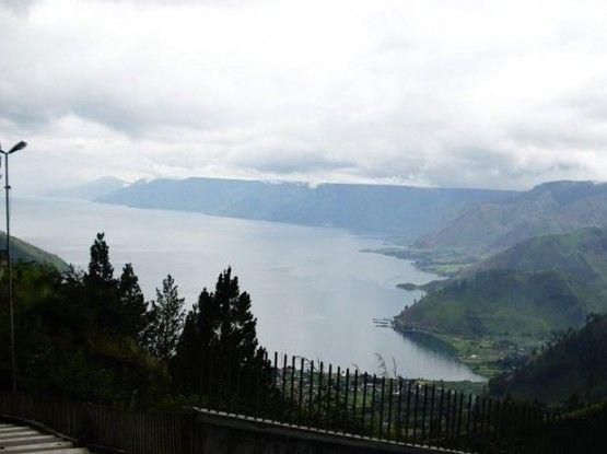 gambar pemandangan alam indah danau toba dari tongging