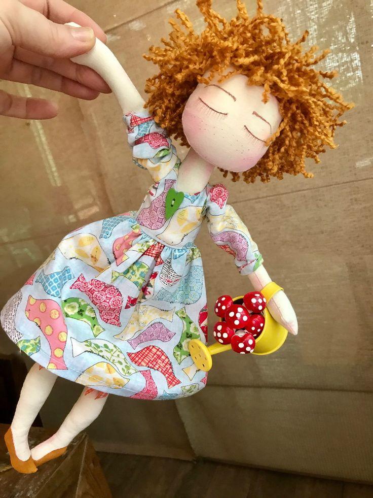Boneca em tecido 100% algodão, cabelo em lã , acompanha regadorzinho.