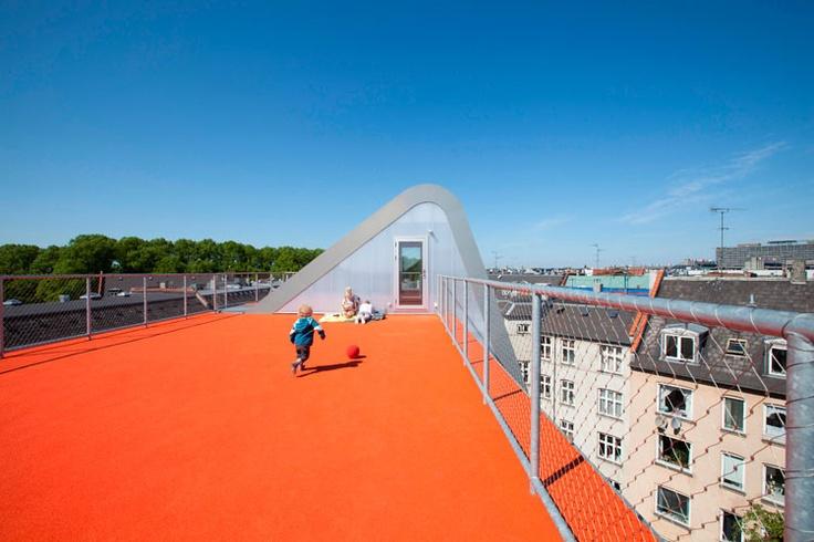 Julien de Smedt Architects (JDS) yeşil çatı tasarımını bir adım öteye taşıyarak çocuklar ve yetişkinler için dinamik bir açık hava oyun alanı oluşturdu.
