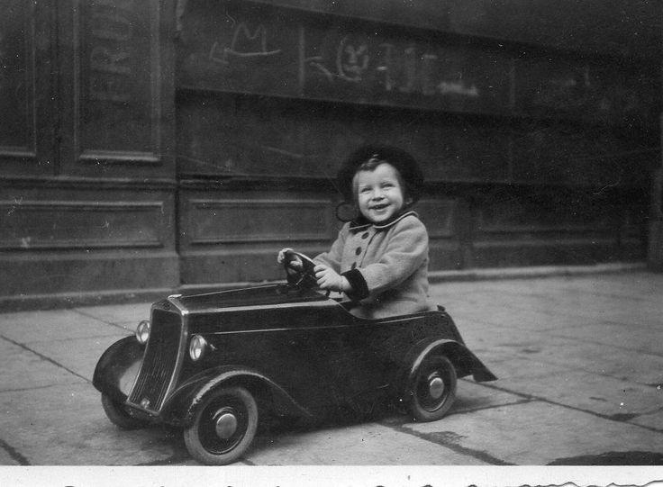 photographie anonyme vintage snapshot enfant voiture. Black Bedroom Furniture Sets. Home Design Ideas