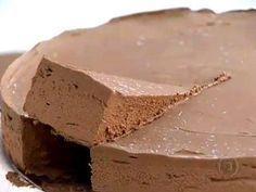 Preguiça de Chocolate  400 g de chocolate em pó300 g de manteiga sem sal100 g de açúcar7 ovos Calda de baunilha e café:200 ml de creme de leite fresco1 colher (café) de café instantâneo2 colheres (sopa) de mel1 colher (sobremesa) de essência de baunilha