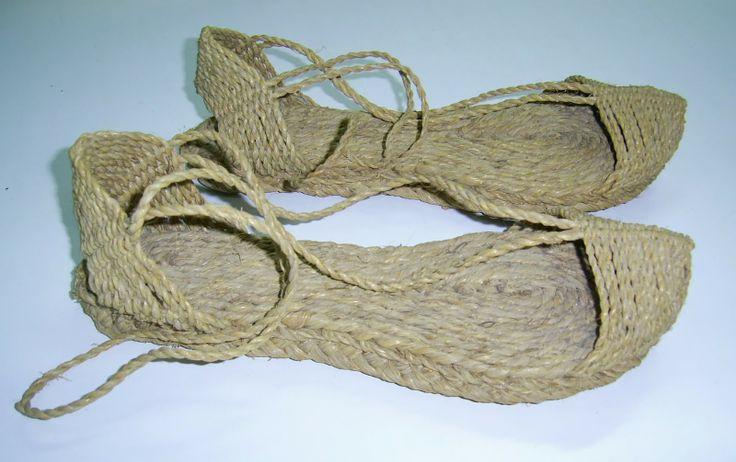 calzado siglo XV- XVIII  alpargata llevaba este nombre por el tirante o ramalet utilizado para sujetar la alpargata al pie.