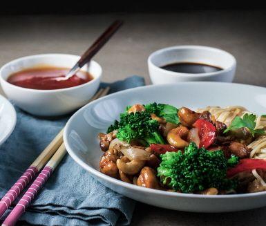 En riktigt god kycklingwok med cashewnötter som lätt kan bli en ny vardagsfavorit! Till kycklingwoken används äggnudlar som tål lite extra värme och har en lång och fast form vilket gör att de blandar ihop sig fint med resten av ingredienserna i wokpannan.