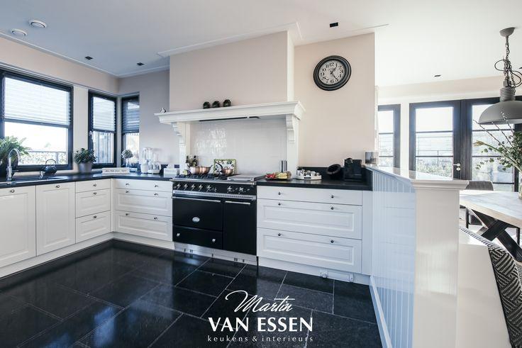 Deze prachtige, landelijke keuken past perfect bij haar omgeving. De keuken is sfeervol en sluit perfect aan bij de rest van het interieur. Bekijk alle foto's van deze keuken én het interieur op onze website.