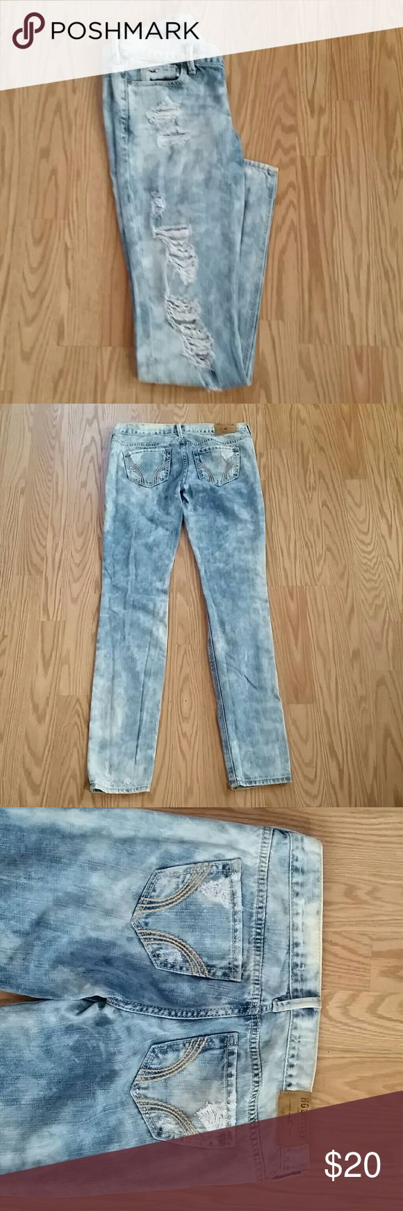 """Hollister Skinny Acid Washed Jeans SZ 25 Hollister  Size 25 waist  Light acid wash with ripped effect on the front.  Low rise skinny fit. Soft 100%  cotton denim.  Pre-owned.  Nice condition.  Durable denim. No noticeable flaws. Worn twice.   MEASUREMENTS : Waist 25"""" Inseam 30""""- Rise 6"""" -Length 36"""".  FAST SHIPPING.  Contact with any questions.  Thank you for viewing. Hollister  Jeans Skinny"""