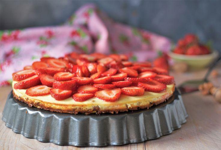 Erdbeer-Käsekuchen backen. Low Carb mit Mandelboden und cremiger Käsefüllung. Einfacher Erdbeerkuchen. Jetzt das Rezept anschauen und nachbacken.