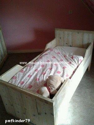 Een geweldig kinderbed van gebruikt steigerhout! Het betreft een juniorbed dat is uitgevoerd met 2 kajuiten. Het maakt een heel knus en gezellig geheel. Bovendien kan de kleine er niet uitvallen! Een leuk kajuitbed waar uw kind tot ongeveer 6 jaar in kan slapen.