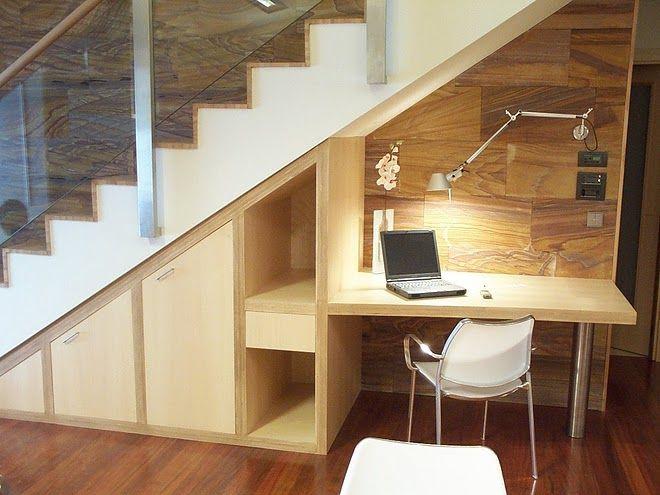 En la zona inferior de los escalones es posible ganar algo de espacio para organizar un acogedor espacio, relajado y sofisticado. Aquí puedes preparar una pequeña sala, un ambiente para los muebles o un colgador de abrigos. Todo depende de ti.
