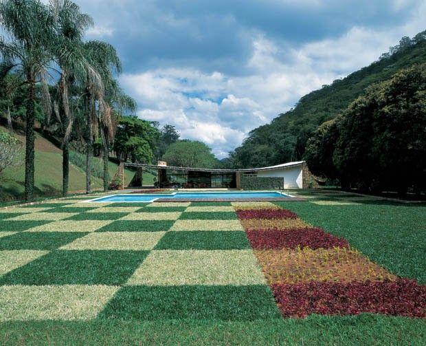 A equipe da @Casa Vogue separou algumas das casas construídas pelo grande arquiteto Oscar Niemeyer.