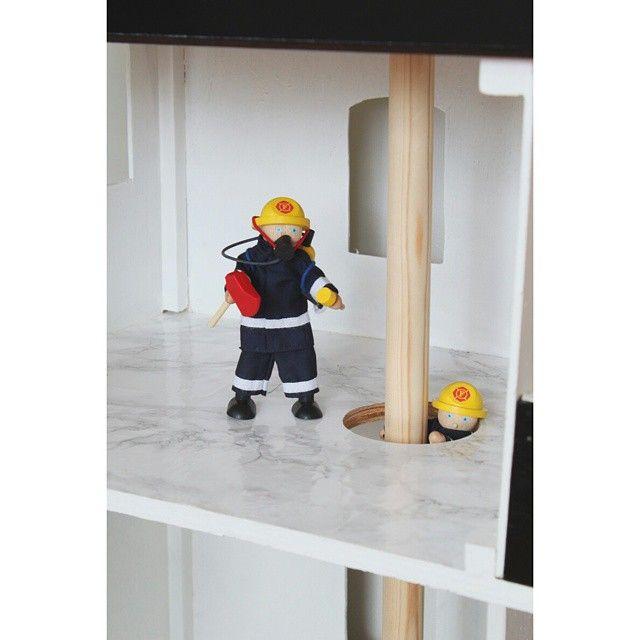 Man kan bruke #marmorfolie til mye Slik fikk #brannstasjon nytt gulv! #barneleker #dukkehus før.