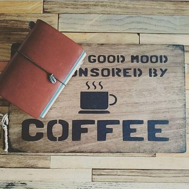 シンプルなチャームを探した結果、ファクトリーでコーヒー豆のチャームを頼んじゃいました😊 あっこちゃんのプレートとパチリ📷💕 ゴム紐はオリーブエディションのオリーブ色のゴムにつけかえました😁❤❤ ・ ・ #midoritravelersnotebook #travelersnotebook #travelersfactory  #トラベラーズファクトリー
