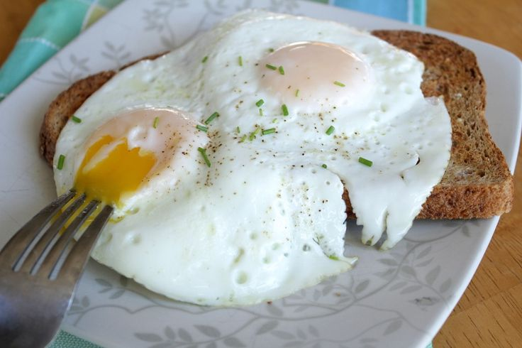 How to make perfect over-easy eggs: just made these and they were SO EASY to make! Love this method!