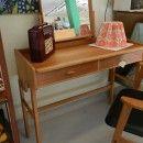 Sminkbord+i+teak+och+ek+med+två+lådor+samt+förvaring+under+bordsskivan.+90x40x74+cm