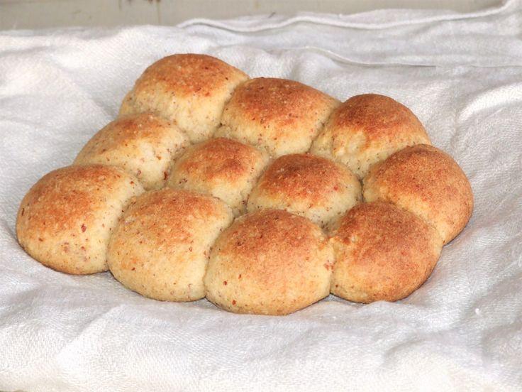 FiberHusk, 300 g Idag så bakad jag mitt brytbröd! Detta är ett brytbröd med små bullar som jag tycker är helt perfekt att äta tillsammans med en god soppa eller att lägga fram på buffebordet. Bullarna är ju såklart jättegoda att äta bara som de är också :) Här kommer receptet!Recept på LCHF brytbröd:1 dl...
