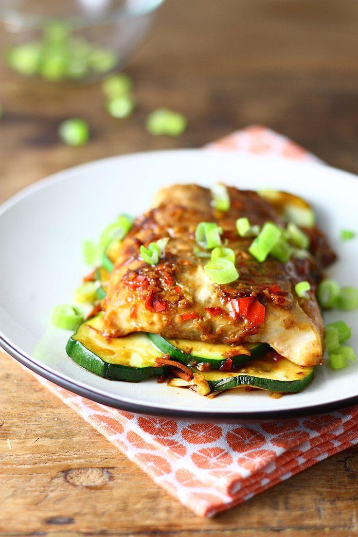 Recept voor heerlijke vispakketjes uit de oven. Met soja, gember en groenten. Makkelijk te bereiden en geschikt voor het hele gezin.