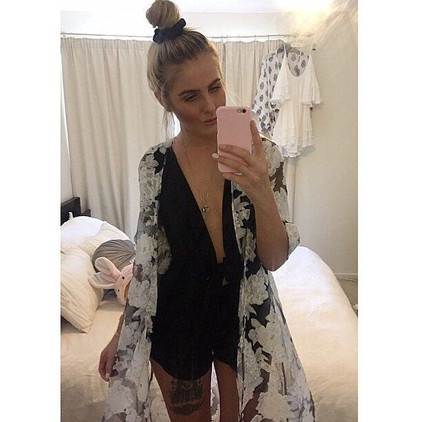 Weekend vibes x boho chic in our Elavonza sweet Lazaro floral kimono cape  shop here www.elavonza.com ✈️ worldwide shipping  #Elavonza #slaying #bohobabe #bohochic #bohostyle #bohemianchic #bohemianbabe #festivalfashion #casualchic #weekendvibes #sexyoutfit #weekendoutfit #ootn #ootn #datenightoutfit #bloggerstyle #bloggerbabe #babe #styleblogger #floralcape #kimono #cape #bohemianstyle
