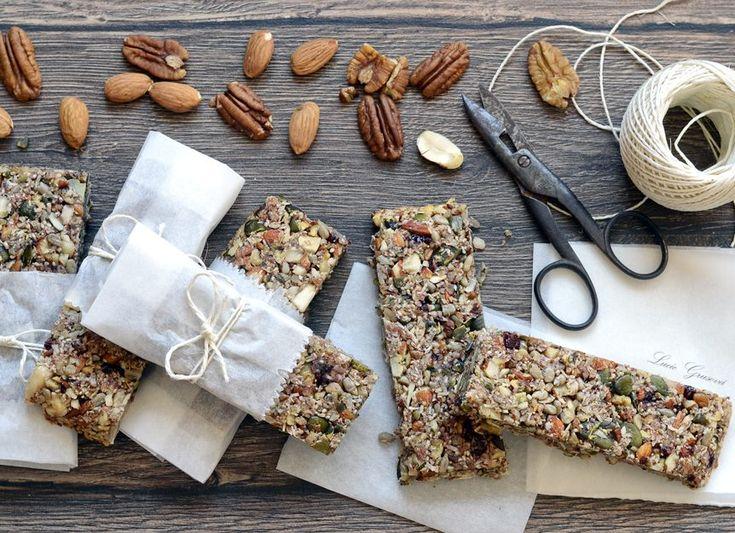 Pečené ořechové tyčinky, které obsahují minimum sacharidů a přesto úžasně chutnají. Drží dokonale tvar i mimo lednici, takže se skvěle hodí jako jídlo na cesty.