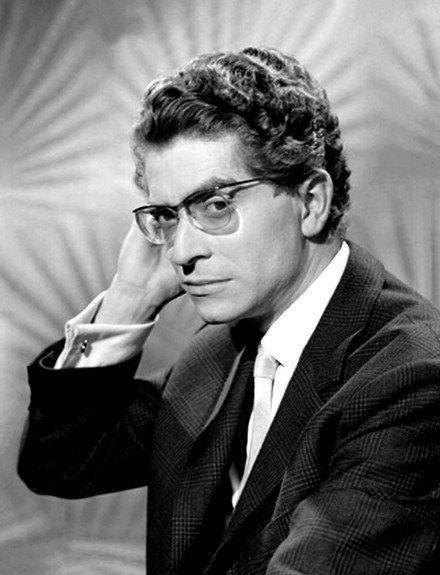 Darry Cowl, de son vrai nom André Darricau, est un musicien et un comédien français, né le 27 août 1925 à Vittel (Vosges) et mort le 14 février 2006 à Neuilly-sur-Seine (Hauts-de-Seine).