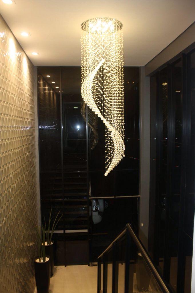 Entrada principal da casa de leilões e escritórios da Sato Leilões. Projeto que valoriza o ambiente através da iluminação.