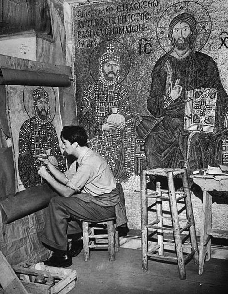 Κωνσταντινούπολη Ιούνιος 1950. Συντηρητής έργων τέχνης αποκαθιστά τα ψηφιδωτά της Αγίας Σοφίας. Φωτογραφία Dmitri Kessel