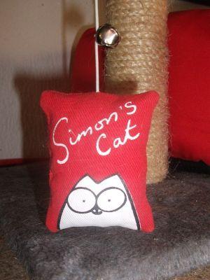 Gioco Lenza con Cordicella e Songalio per Gatti Simon's Cat! #Gioco #Gatto #Gatti #Cat #Kitty #Sonaglio #Cordicella #Lenza #SimonsCat http://www.principini.it/prodotti/gatti/gioco-lenza-per-gatti-simons-cat