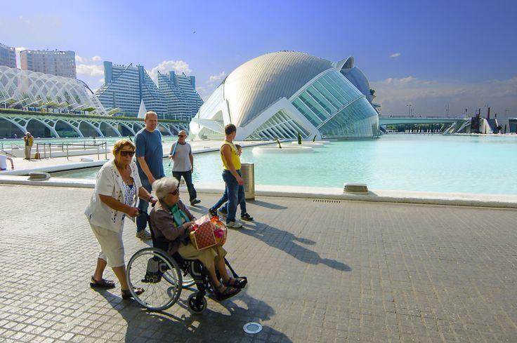 Dagtrip Valencia - Ciudad de las Artes y de las Ciencias - Villa Xenofilia organiseert dagtrips voor #rolstoelers, #mindervaliden en gehandicapten. Je wordt afgehaald met de aangepaste bus bij de vakantievilla en op verzoek rondgeleid op de bestemming, geheel aangepast aan de wensen. Vanaf 150 euro per gezelschap. Meer informatie info@xenofilia.com of bel 0034646141424