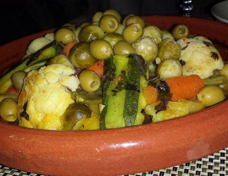 Recept voor een vegetarische groentetajine van bloemkool, spruiten, aardappelen en bonen. Ingrediënten: 3 aardappels 2 zoete aardappels 1/2 courgette 1 …