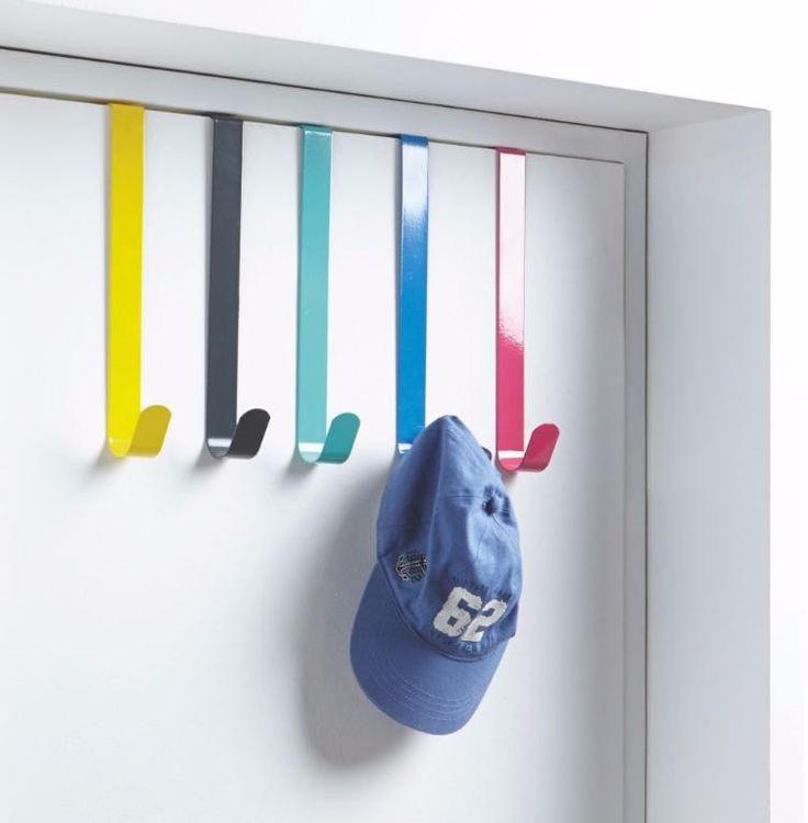 Patères colorées repérées chez ALINEA accrochées à une porte : sac à main, chapeau, foulard... (Source : http://www.deco.fr/photos/diaporama-accessoires-rangement-dressing-d_7105)