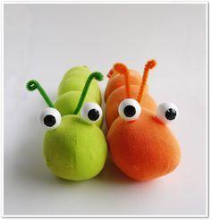 ¡¡¡Muy fáciles y divertidos!!!      Material:     - Calcetines de colores.   - Relleno para cojines.   - Dos bolas pequeñas de corcho blanc...