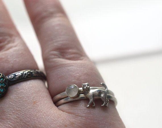 Hecha para apilar conjunto de invierno: 4mm blanco piedra lunar anillo y anillo de plata gato Tiempo de entrega: 7 días hábiles + envío (1-2 semanas a la región de Asia y el Pacífico y 2-3 semanas para la mayoría de otros lugares) Material: plata Bisel banda y encanto de gato Acabado: brillante Piedras preciosas: Bisel engastado 4mm ronda Moonstone blanco translúcido. Anillo bandas: Cada anillo es 2mm ancho y martillado Tallas: 4 - 16, incluyendo a la mitad y cuarto tamaños Firma a la…