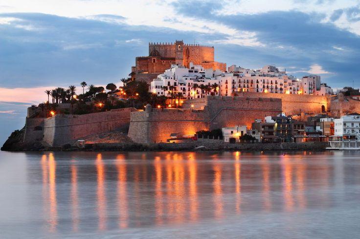 Peñíscola (Castellón) Ciudad medieval que se adentra en el mar, con un hormigueo de calles arremolinadas en torno a su castillo templario, el castillo del Papa Luna, que sobresale de la peña sobre la que se asienta el casco histórico.