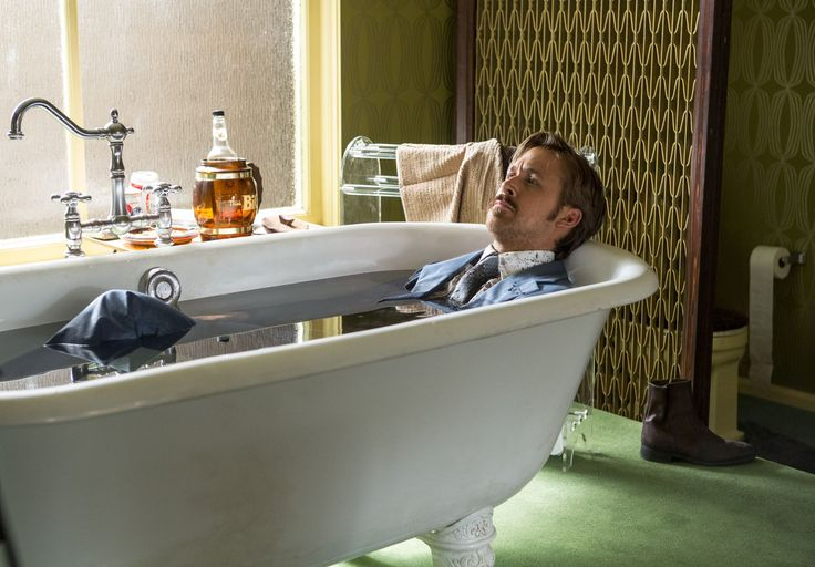 The Nice Guys - un esausto Holland March (Ryan Gosling) si prende una pausa nel corso delle indagini © 2016 LUCKY RED