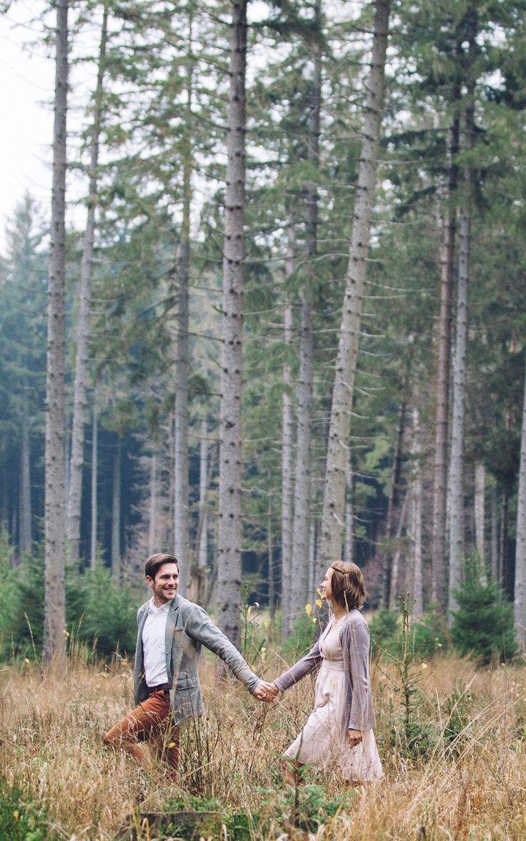 Paarshooting   Aachen   Hochzeit   Paarfotografie   After Wedding   Wald   Hand in Hand   spazieren   Natur   Spaziergang   Pastell   verliebt   Engag…