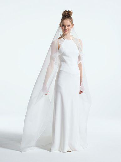 グランマニエ(GRANMANIE) 銀座 ミニマムなムード漂うホルターネックのスレンダードレスは、胸もとの両サイドにひらひらとしたオーガンジーの装飾がアクセントにあしらわれて。