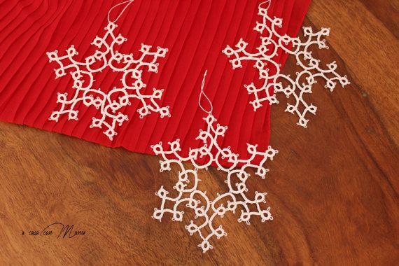 Set of 3 white snowflakes, set di 3 fiocchi di neve a chiacchierino in cotone bianco, set of 3 snowflakes tatting, decorazioni di Natale