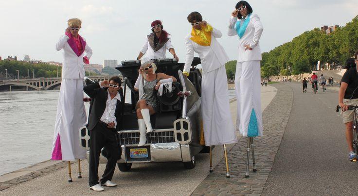 Spectacle deambulatoire de danseurs, spectacle Las Vegas Disco - Compagnie de cirque Cirque Autour.
