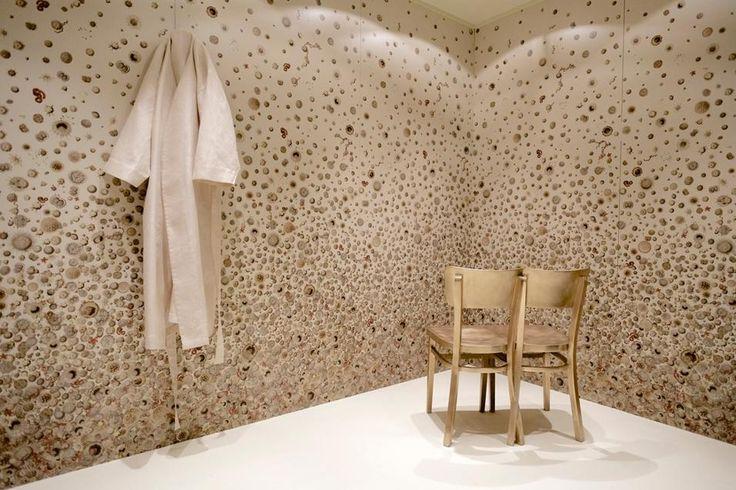 Sofie Lachaert e Luc D'Hanis in un bagno allestito con lastre Slimtech con disegni che riproducono, in macro, microrganismi batterici. Il luogo che dovrebbe essere il più igienico in assoluto si veste con la 'bellezza' dei batteri.