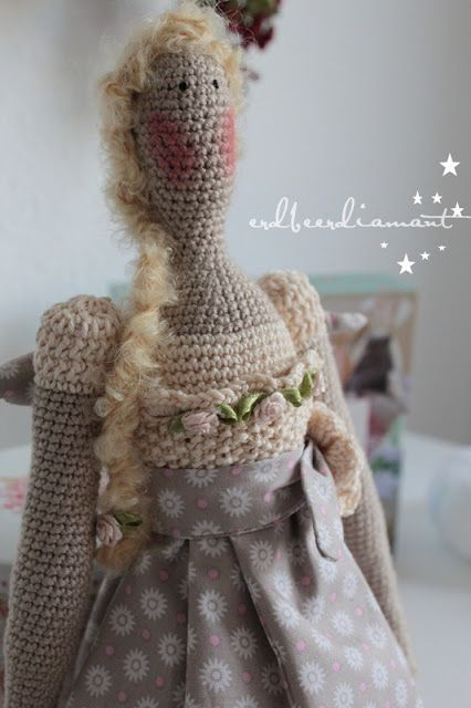 Crocheted Tilda   <3 http://erdbeerdiamant.blogspot.nl/2012/10/ein-engel-geht-auf-reisen.html: ☆