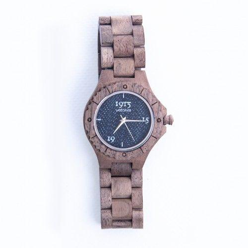 Dit stoere Nederlandse houten horloge is van 1915 Watches en komt uit de Denim Collection. Het getoonde exemplaar is voor dames, maar voor heren hebben we deze ook. Het horloge is gemaakt van duurzaam walnoothout gecombineerd met een denim wijzerplaat.  Verder is dit horloge voorzien van de stijlvolste wijzers en heeft een roestvast stalen klapsluiting.  Dit horloge van 1915 Watches is voorzien van een Seiko PC32 quartz uurwerk en is spatwaterdicht. #BestOrigineel, #1915watches…