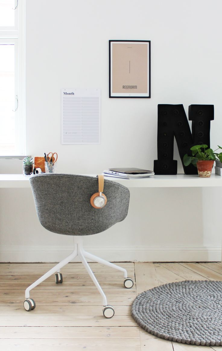 Workspace in white and grey