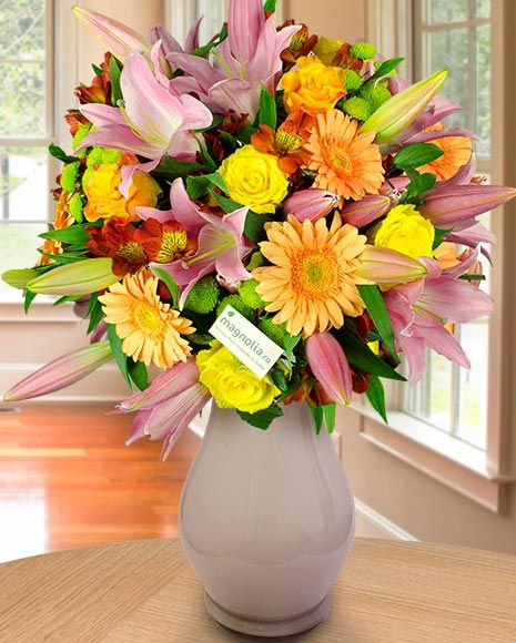 Buchet de vară cu crini, trandafiri și gerbera.   Summer flower bouquet with lilies, roses and gerbera.