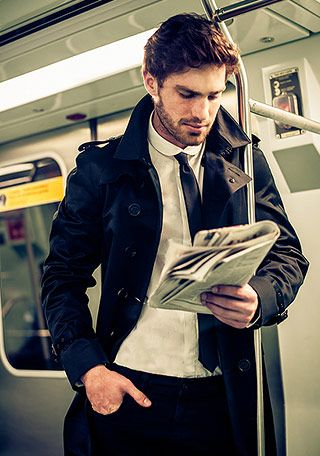 通勤にも使える黒のトレンチコート。メンズ トレンチコートのコーデアイデア