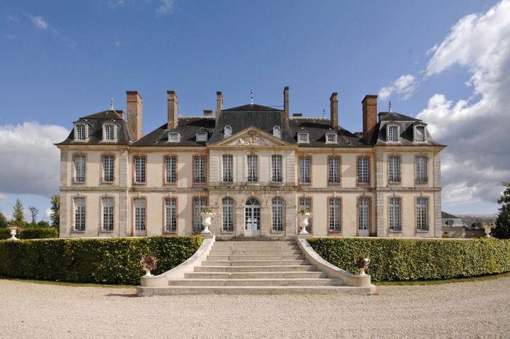 Château de la Motte-Tilly Remarquable témoignage de l'architecture classique du XVIIIe siècle, cet élégant château de brique et de grès, bâti dans le département de l'Aube est entouré d'un parc à la française de 60 hectares. Avec sa très belle décoration intérieure et son remarquable mobilier estampillé par les meilleurs ébénistes de l'Ancien Régime, le château a conservé l'ambiance raffinée d'une demeure du XVIIIe siècle.