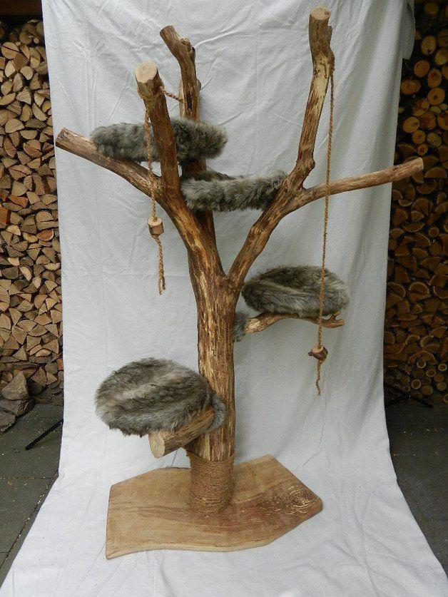 Naturnaher Katzen- Kratzbaum / Spielbaum / Kletterbaum, in Handarbeit vom Künstler gefertigt.  Stamm und Boden sind aus massiver Eiche; beim Stamm handelt es sich um eine naturgewachsene...